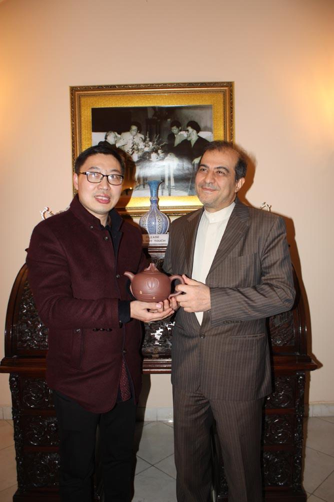"""这几年,驻华外交使馆开始热衷收藏一位中国紫砂匠人的作品,每个国家他都能制作出一把独一无二的""""文化符号""""紫砂壶。每次在各驻华使馆的国庆超待会上,他不经意出现,带着他研发已久的紫砂壶,每次打开那神秘盒子,都引发举办招待会的邀请国大使阵阵惊呼,""""谢谢您,谢谢您,这是我们国家的文化符号,太好了,这是太珍贵礼物了。"""""""