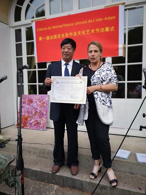 巴黎彼才艺术中心主席伍艾亚当艺术节闭幕上为著名画家孟多昕颁奖