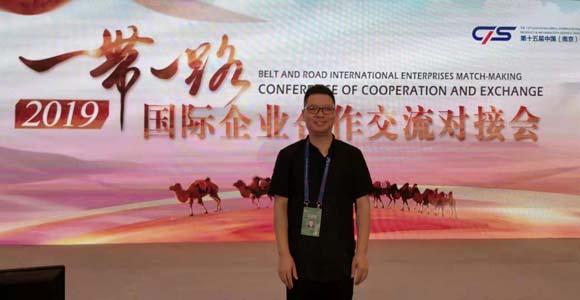 7月19—22日,宜兴陶刻名家汪成友,在南京博览中心设专区展示宜兴紫砂艺术品,向一百多个国家和地区十余万中外嘉宾展示国家级非物质文化遗产紫砂文化。